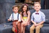 Fotografie Kinder mit Ostereiern und Kätzchen