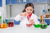 Fotografia Ragazza in laboratorio chimico