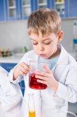 Ragazzo in laboratorio chimico