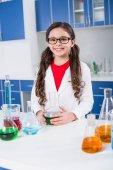 Fotografia Bambina in laboratorio chimico