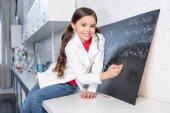 Fotografia Formula chimica scrittura di piccola ragazza