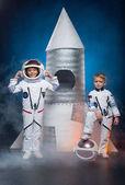 A gyerekek játszani űrhajósok