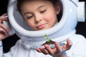 Fotografie Dívka astronaut hospodářství rostlina