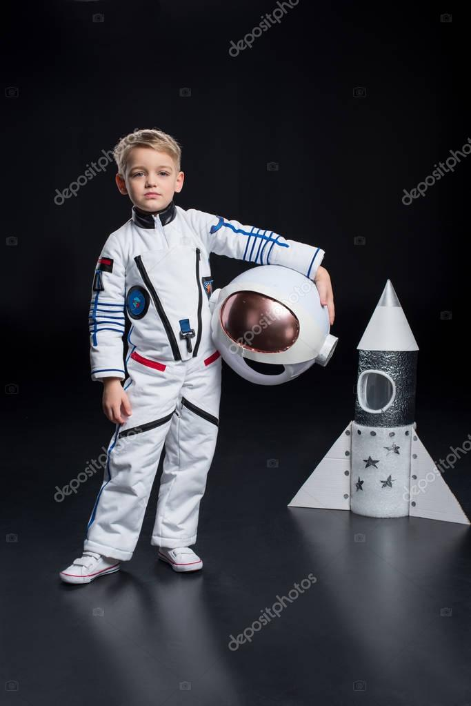 junge im astronaut kost m stockfoto natashafedorova 140011072. Black Bedroom Furniture Sets. Home Design Ideas