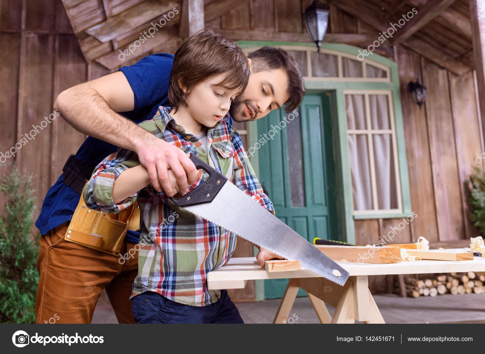 Vater und Sohn in Werkstatt — Stockfoto © NatashaFedorova #142451671