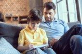 otec pomáhal syn dělat domácí úkoly