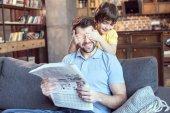 Fotografie muž čtení noviny
