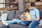 Otec a syn čtou noviny
