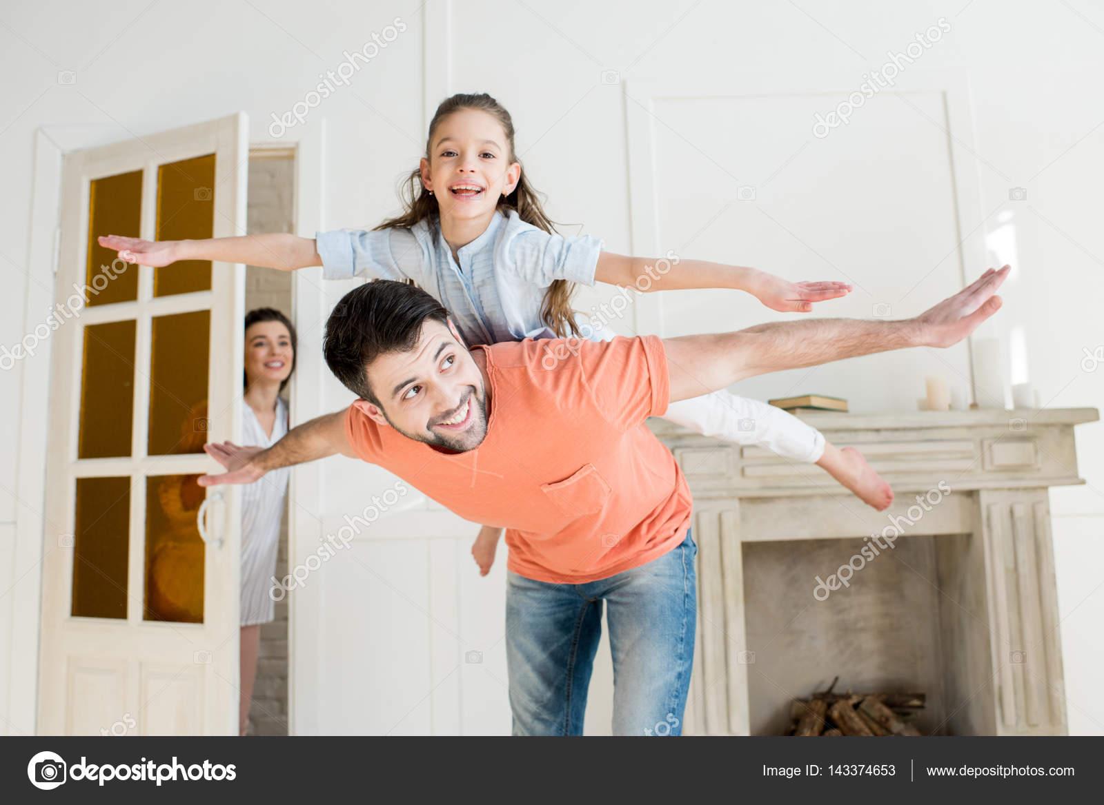 famille heureuse la maison photographie natashafedorova 143374653. Black Bedroom Furniture Sets. Home Design Ideas