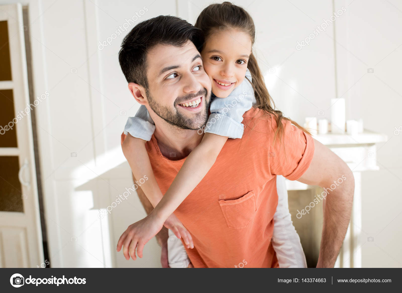 famille heureuse la maison photographie natashafedorova 143374663. Black Bedroom Furniture Sets. Home Design Ideas