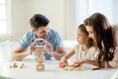 rodina hrát hru jenga