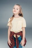Roztomilá dívka v neformálním oblečení