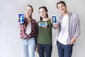 Teenage přátel se smartphony