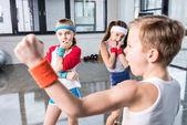 Fotografie Kinder herumalbern im Fitness-studio