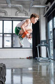 Fotografie Kid Boy springen im Fitness-studio