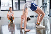 Photo kids in sportswear training at fitness studio