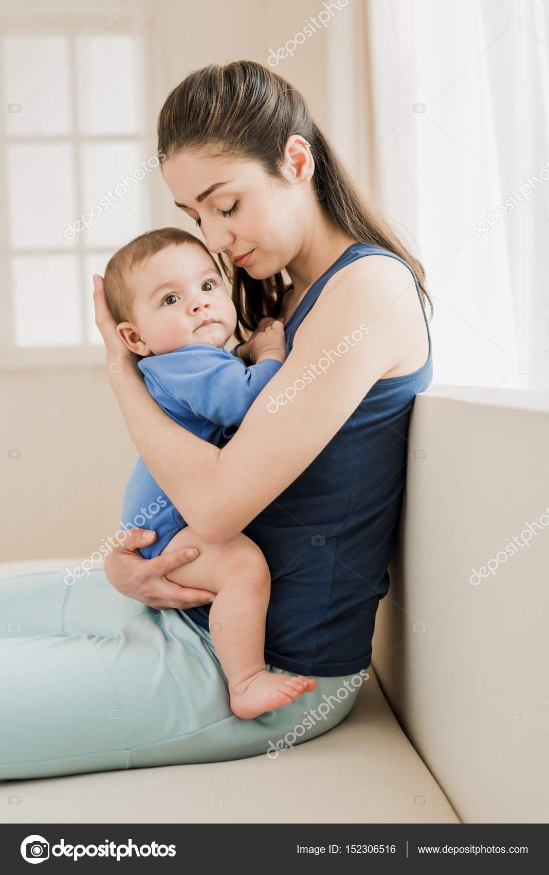 Фото о матери обнимающей ребенка