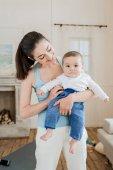 Frau mit Baby Kind an Armen