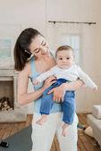 Fotografie Frau mit Baby Kind an Armen