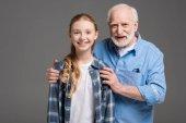 dědeček a vnučka objímání