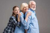 Fotografie Glückliche Familie umarmt