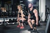 Paar trainiert mit Kurzhanteln