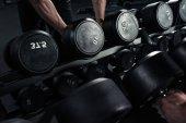 2 Mann nimmt Hanteln im Fitnessstudio