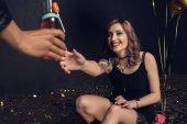 nő vesz alkohol ital