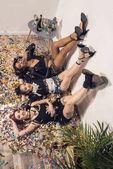 mnohonárodnostní dívky leží na podlaze s konfety