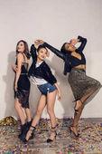 Veselá mnohonárodnostní dívky tančí na party