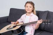 gyakorló játszani a gitár lány