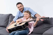 apa lánya játszani a gitár
