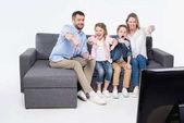 rodina sedí a ukazuje palec dolů