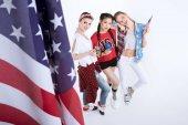 mladé ženy s americkou vlajkou