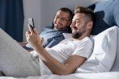 Homosexuální pár pomocí smartphonu