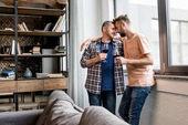 Fotografie příležitostné homosexuální pár schopen líbat