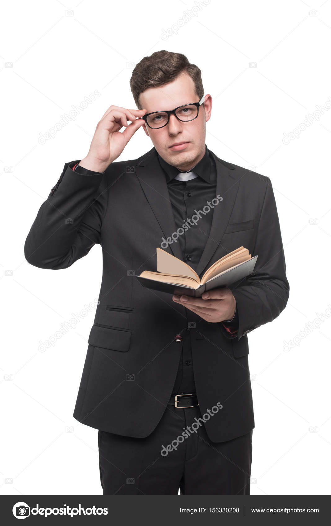 Jovem padre lendo livro de escrituras stock photo for Stock cuisine saint priest