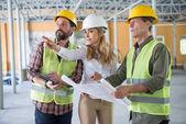 Bauherren und Unternehmer sprechen auf Baustelle