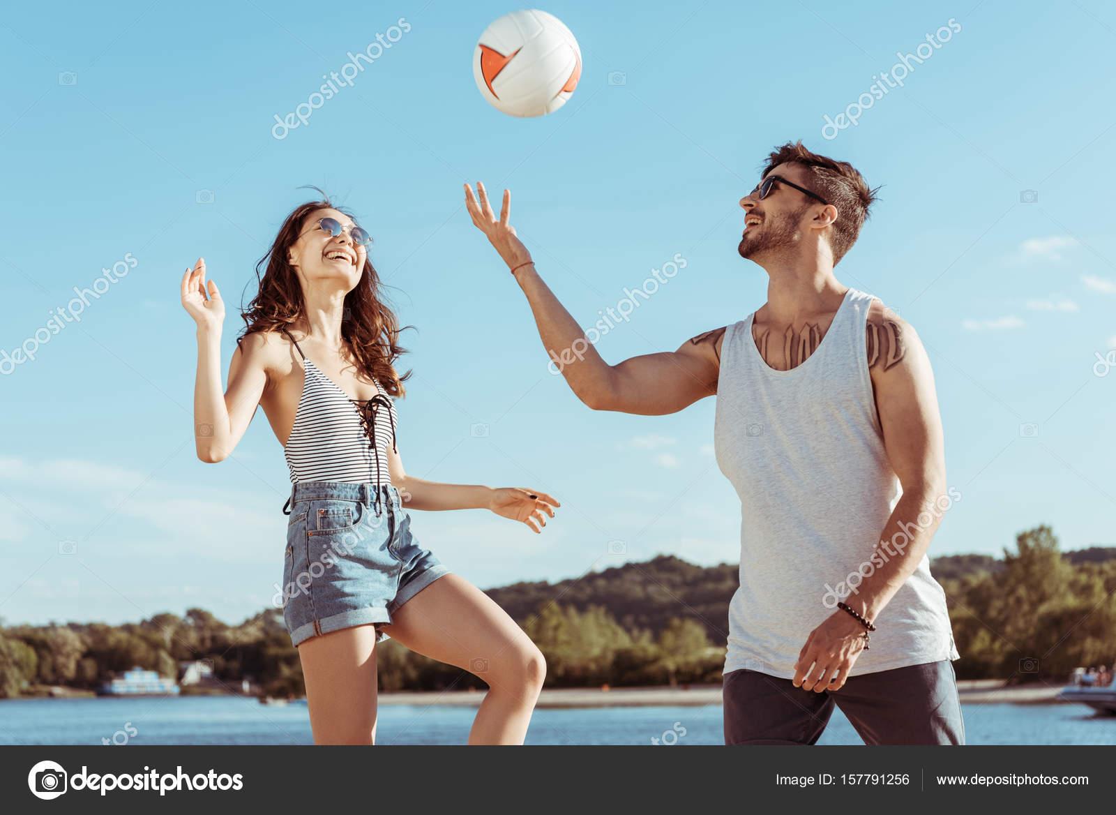 Parejas Jugando Voleibol Pareja Jugando Voleibol Juntos Foto De