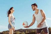 pár spolu hrají volejbal
