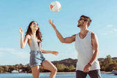 Fotografie couple playing volleyball together