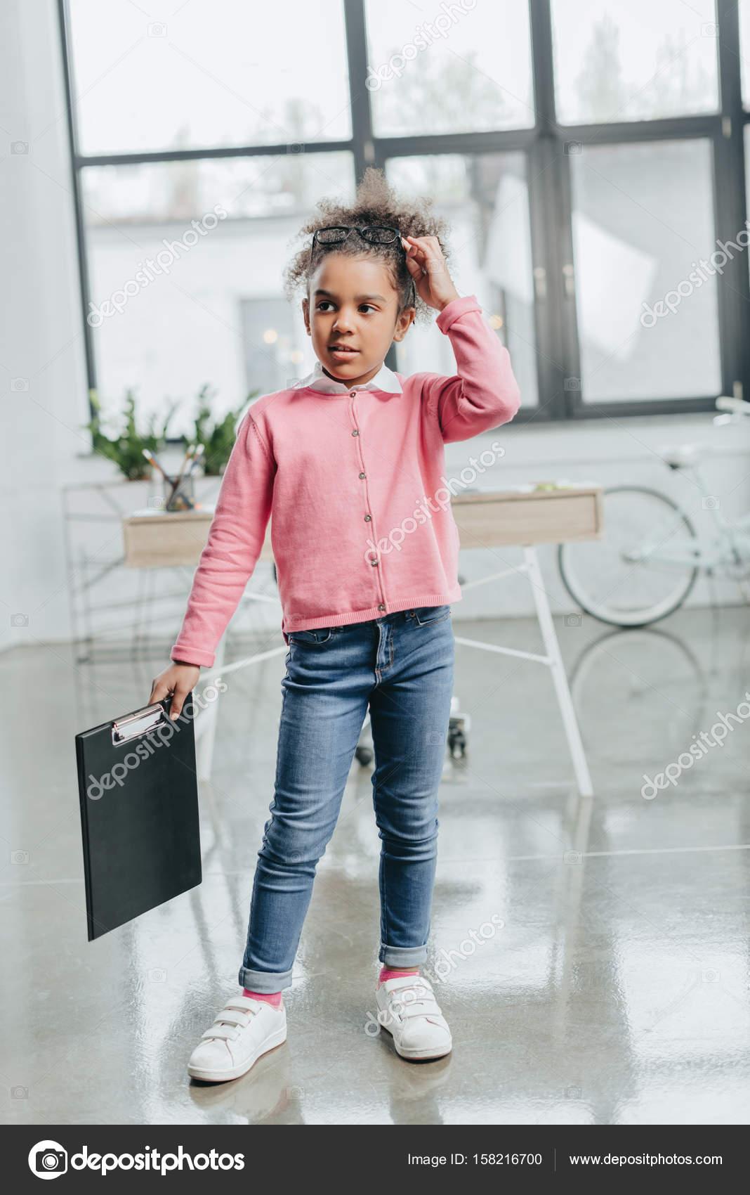 les clients d'abord original 100% d'origine Presse-papiers de tenue petite fille — Photographie ...
