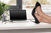 Photo businesswoman legs crossed on table