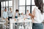 Geschäftsfrau hält Workshop mit Kollegen ab