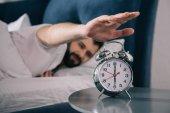 mladý muž se probouzí