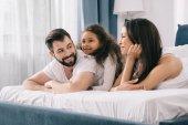 Fényképek boldog család a hálószobában