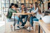 mnohonárodnostní přátelé s nápoje v kavárně