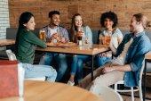 Fotografia amici che mangiano pizza con birra in caffè