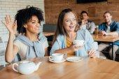 fiatal nők esetében, akik tea, kávézó