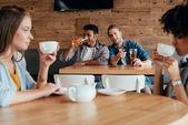 Multiethnische Menschen sitzen im Café